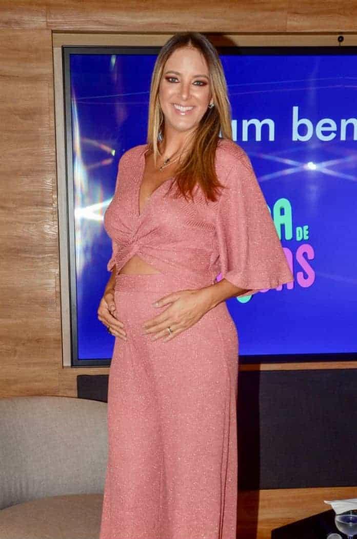 A apresentadora Ticiane Pinheiro com sua barriga de 17 semanas de gravidez