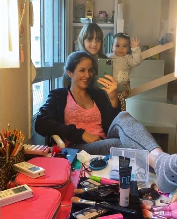 Manuella dando tchau no colo de sua irmã Rafaella Justus