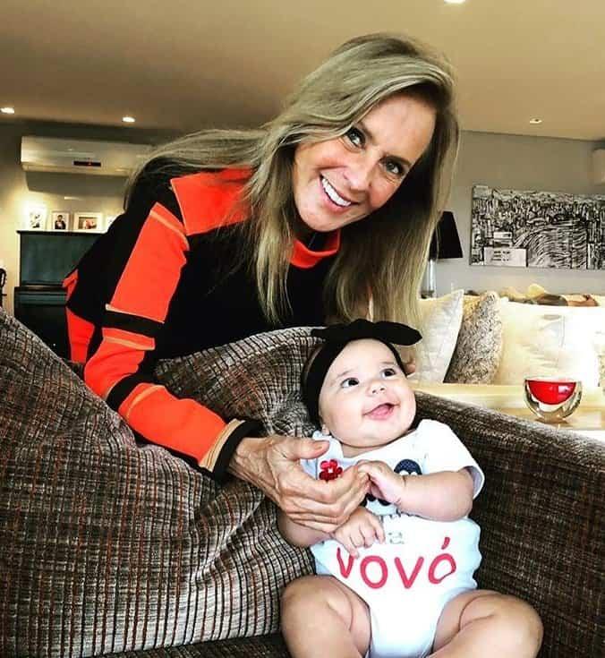 Mãe de Ticiane Pinheiro posando com a filha bebê da apresentadora
