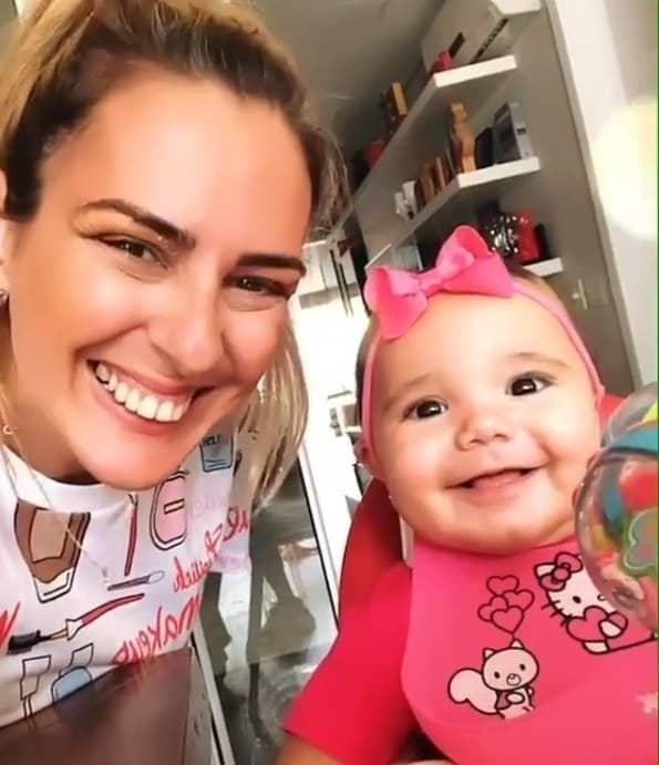 Bebê de Ticiane Pinheiro sorrindo ao lado de uma amiga de sua mãe famosa