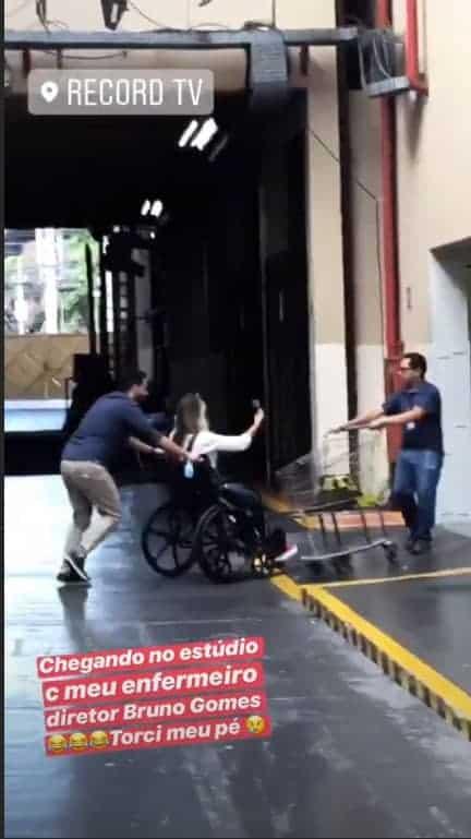 Ticiane Pinheiro aparece em cadeira de rodas