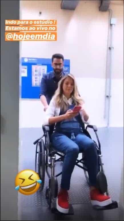 Ticiane Pinheiro aparece em cadeira de rodas, após torcer o pé