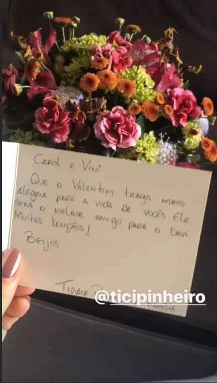 Flores que Ticiane Pinheiro mandou para Carol Dantas após o parto