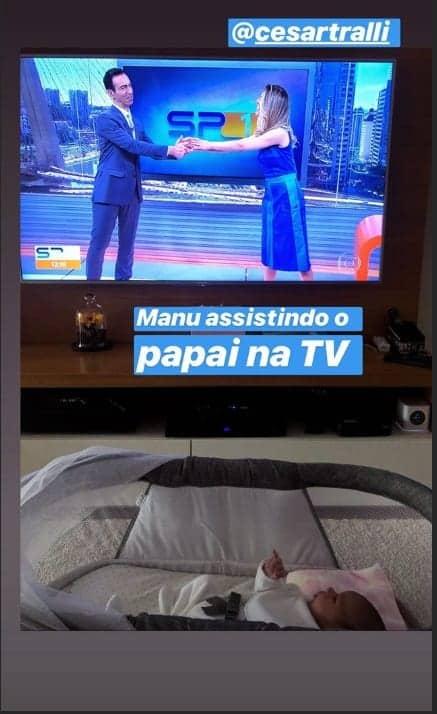 Ticiane Pinheiro mostrou Manuella assistindo ao pai César Tralli