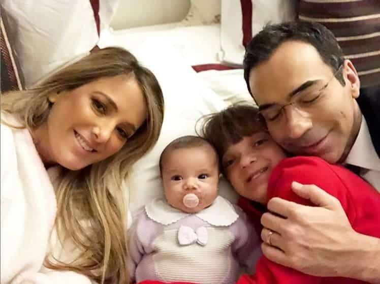 Ticiane Pinheiro com as filhas Manuella e Rafaella e o jornalista César Tralli