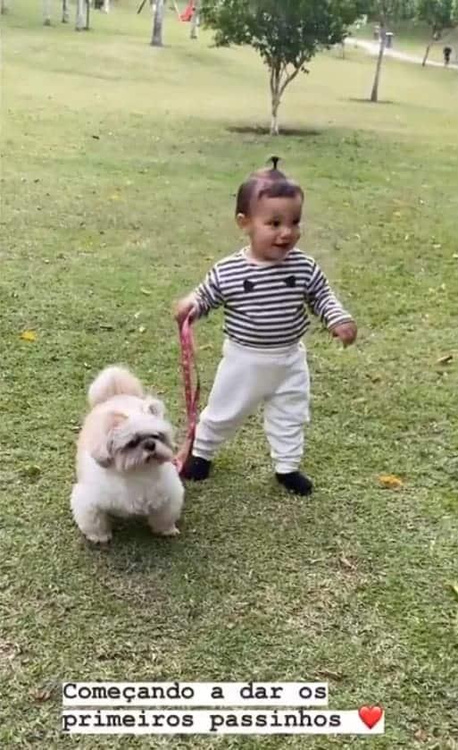 Filha de Ticiane Pinheiro e César Tralli andando