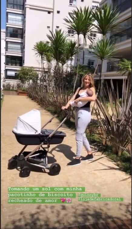 Ticiane Pinheiro com a filha Manuella durante banho de sol