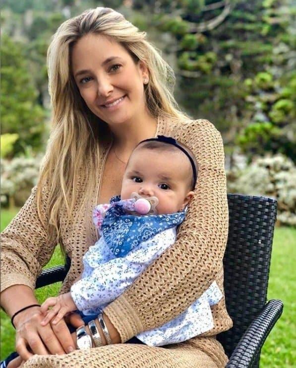 Ticiane Pinheiro com sua bebê no lugar que se casou com Cesar Tralli