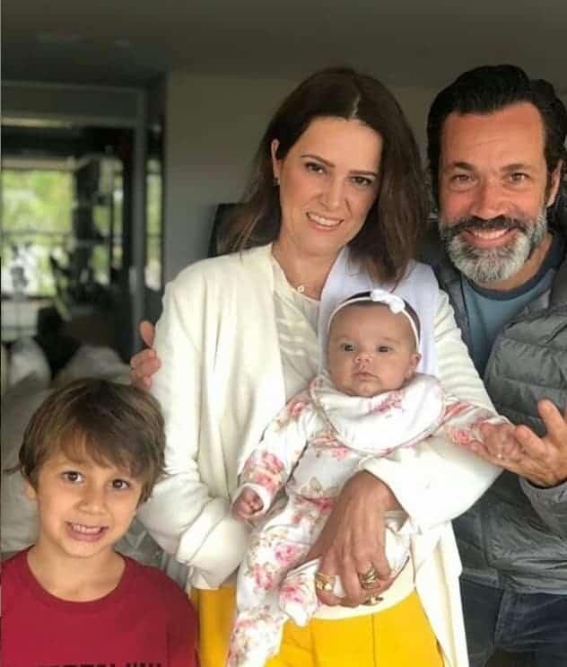Bebê de Ticiane Pinheiro e César Tralli no colo de sua tia
