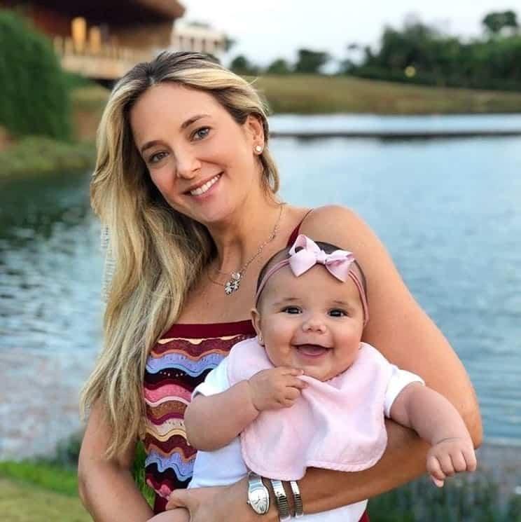 Ticiane Pinheiro e a filha em um hotel fazenda