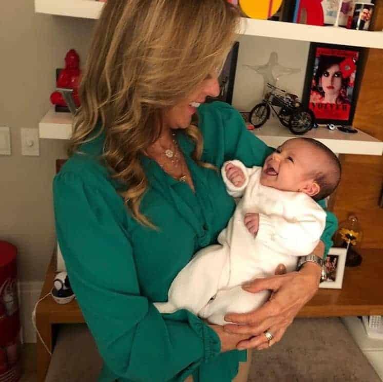 Bebê de Ticiane Pinheiro deu gargalhadas no colo da avó