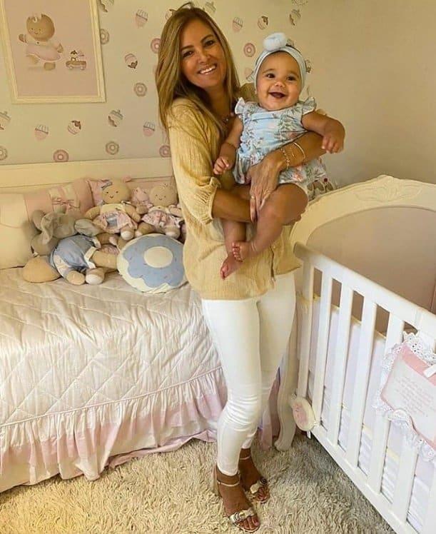 Bebê de Ticiane Pinheiro no colo de sua tia materna
