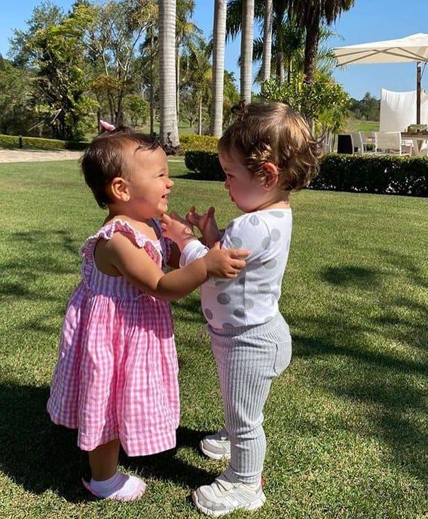 Filha caçula de Ticiane Pinheiro brincando com neta de Roberto Justus