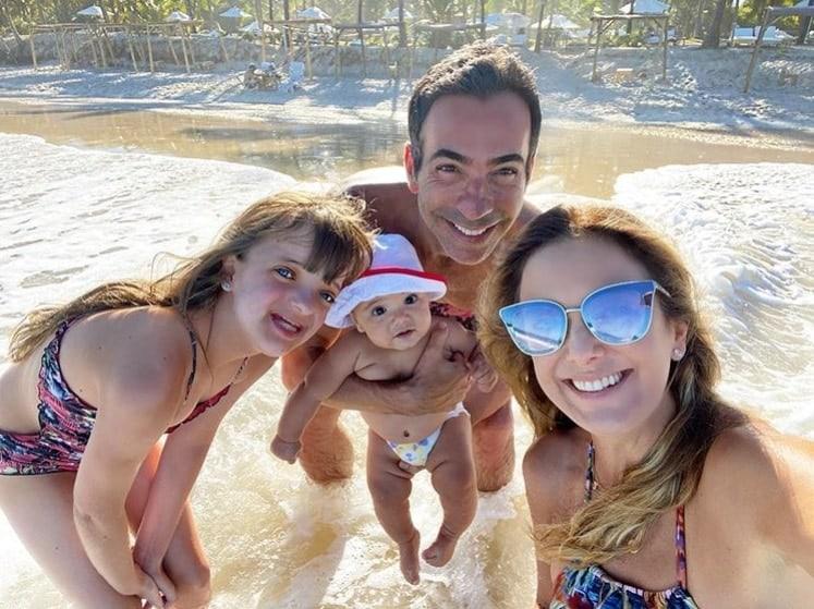 Ticiane Pinheiro com a família na praia