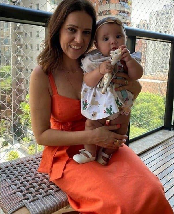 Bebê de Ticiane Pinheiro no colo de sua tia