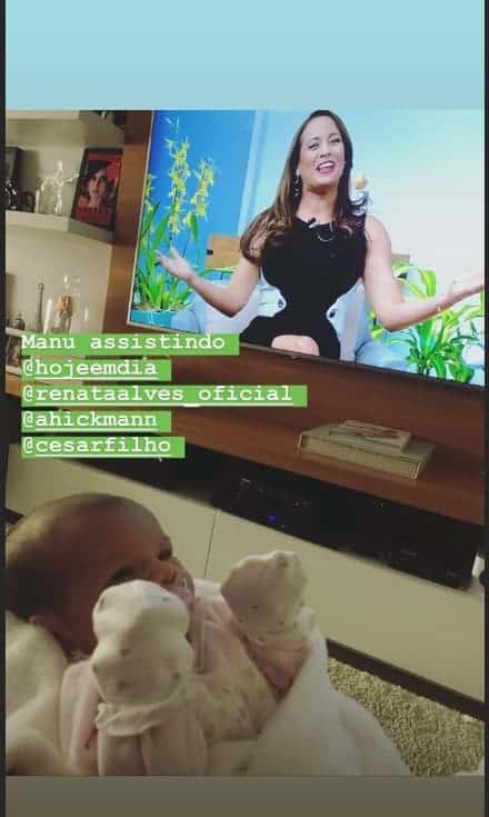 Manuella assistindo Renta Alves em fofa foto de Ticiane Pinheiro