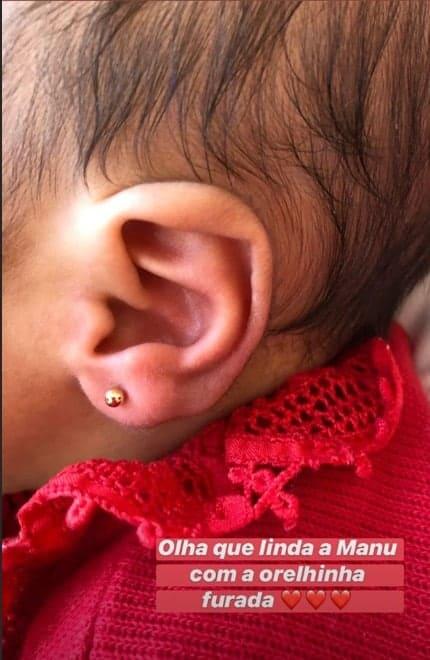 Ticiane Pinheiro furou orelhinhas de suas bebê