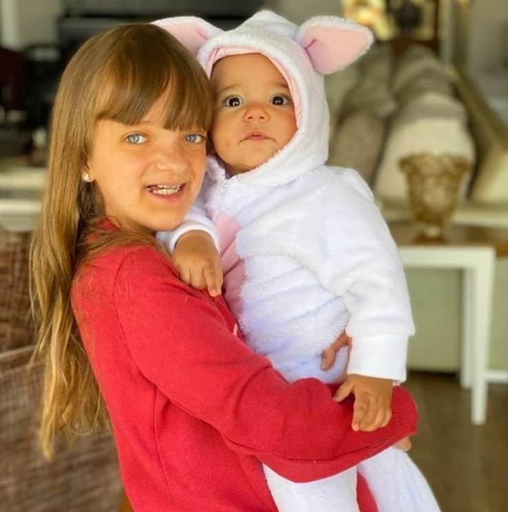 Rafaella Justus segurando a irmã no colo