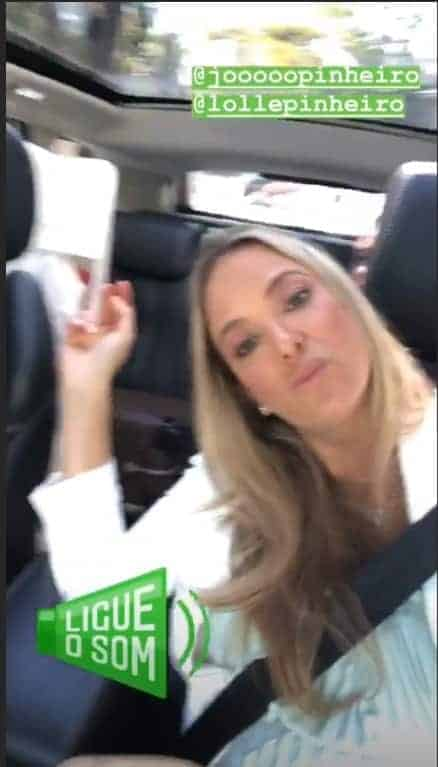 Ticiane Pinheiro no carro e com uma mala ao fundo