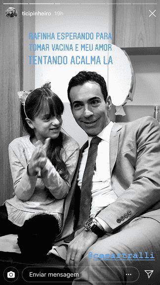 Cesar Tralli tentando acalmar a pequena Rafa Justus por causa da vacinação