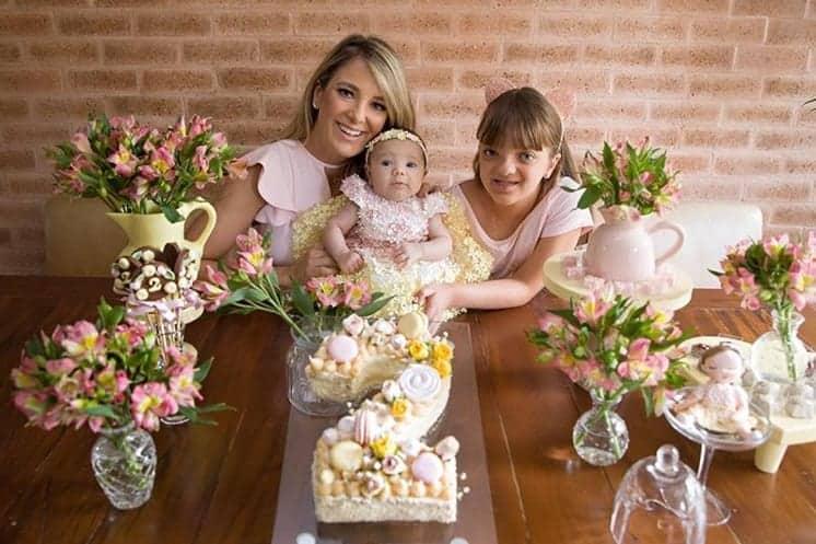 Ticiane Pinheiro com as filhas no mêsversário de Manuella