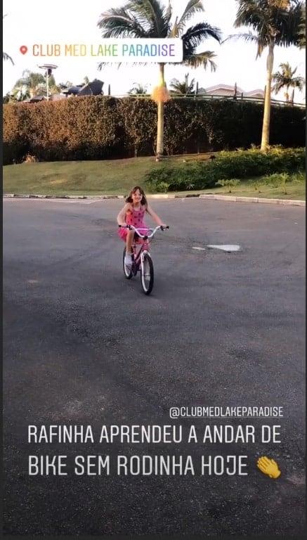 Filha de Ticiane Pinheiro andando de bicicleta sem rodinhas
