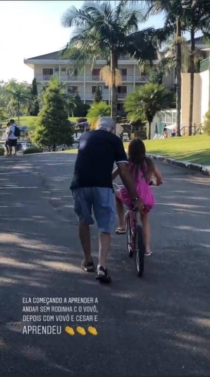 O vovô também ajudou a Rafinha a andar de bike