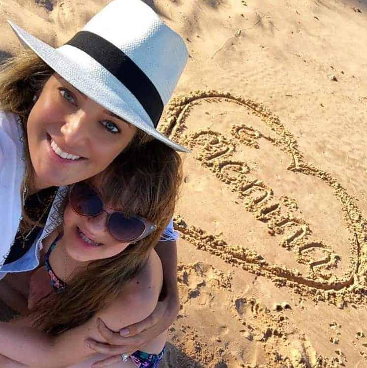 Na postagem Rafa Justus com sua mãe a apresentadora Ticiane Pinheiro e a homenagem para a irmãzinha