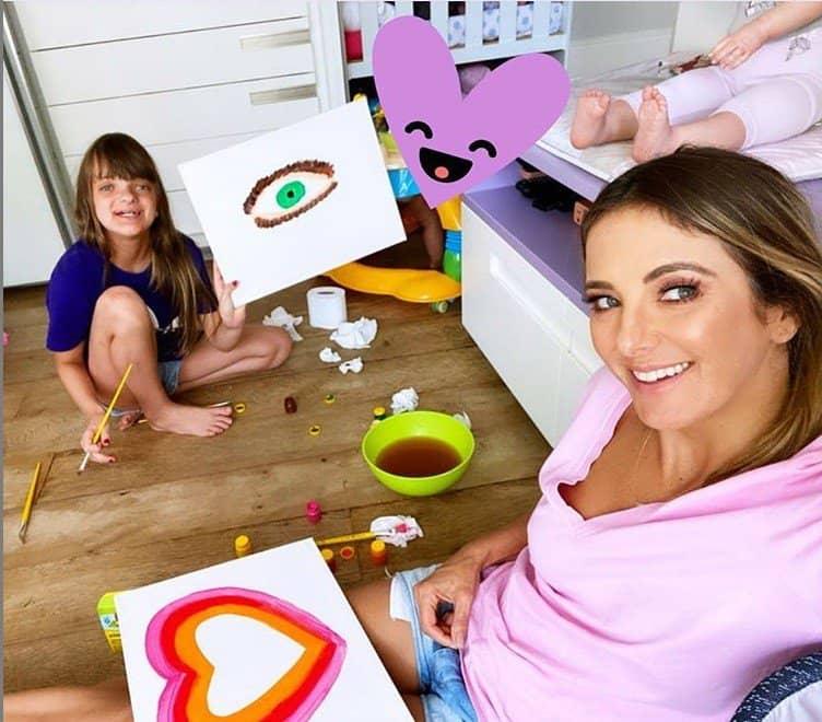 Ticiane Pinheiro pintando com a filha Rafaella Justus