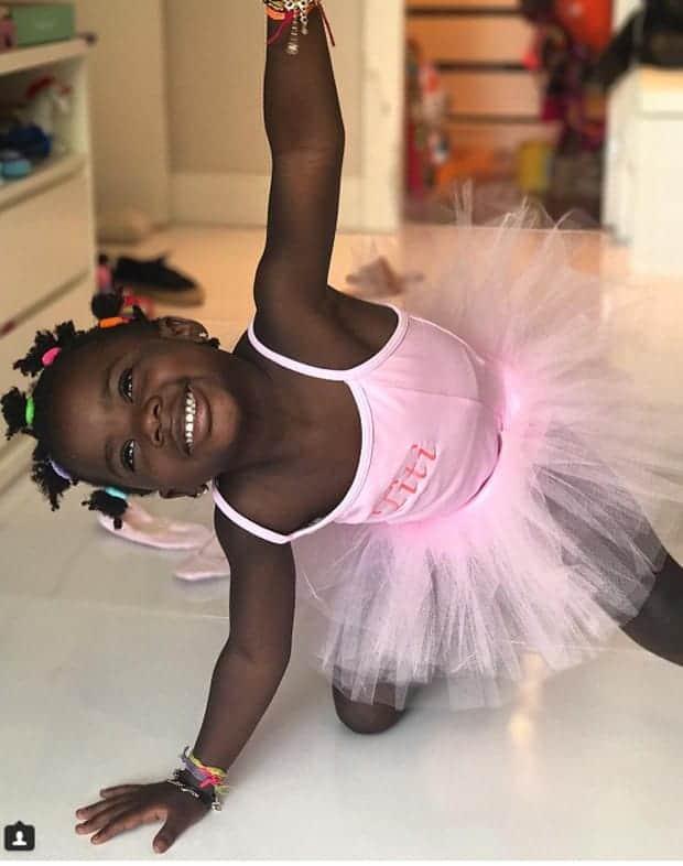 Titi brincando com vestido de bailarina