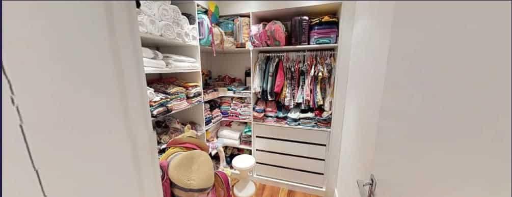 O closet todo arrumadinho no quarto de Titi, filha de Giovanna Ewbank