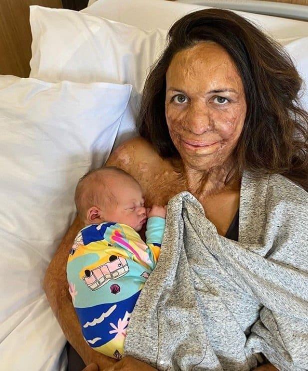 A mãe Turia Pitti ao lado de seu bebê recém-nascido
