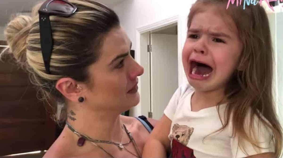 A fofa Valentina no colo de sua mãe Mirella Santos