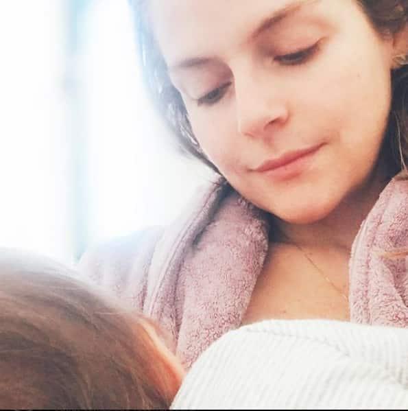 A pequena Carolina no colo de sua mãe a atriz Vitória Frate