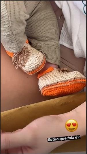O bebê Dom com seus sapatos diferentes.