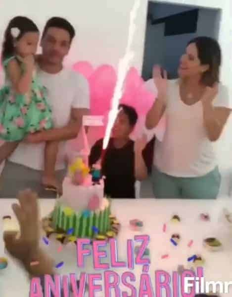 A hora do parabéns da festa de quatro anos de Ysis, filha do cantor Safadão