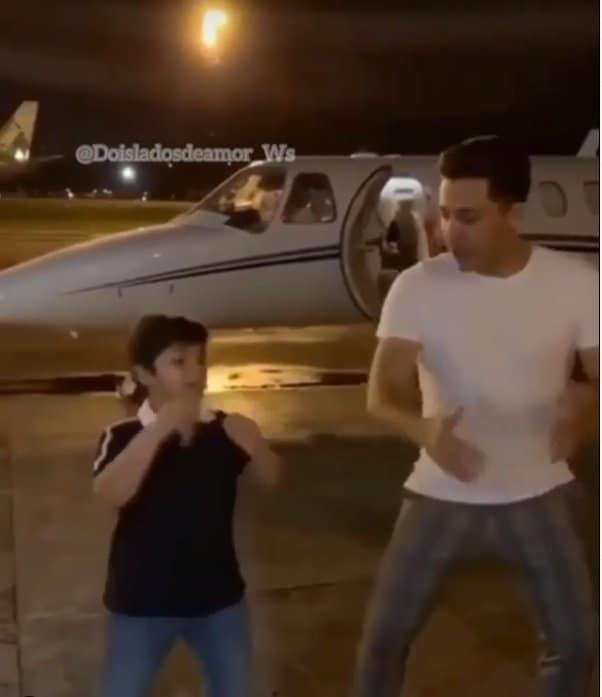Wesley Safadão e o filho diante do avião particular