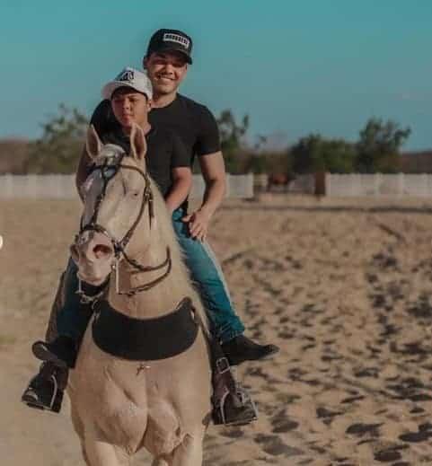 Yudhy montando cavalo com seu pai Wesley Safadão