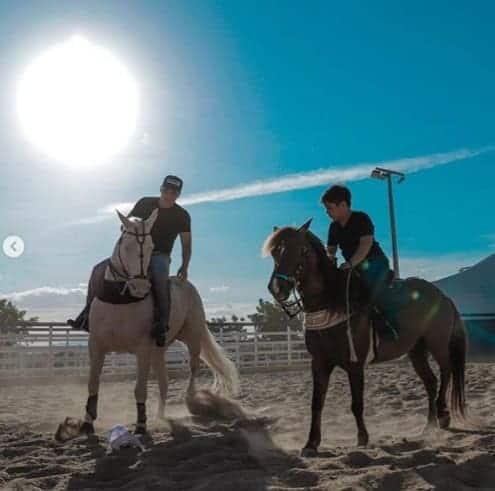 Wesley Safadão com seu filho Yudhy andando à cavalo