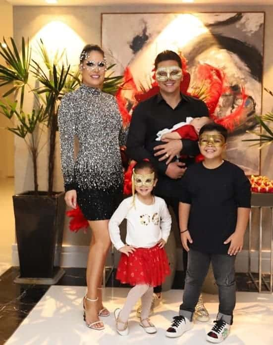 Wesley Safadão com a família prontos para um baile de máscaras