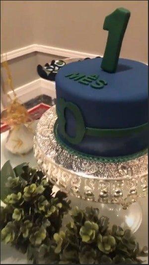 O bolo personalizado para o bebê Dom, no seu primeiro mêsversário