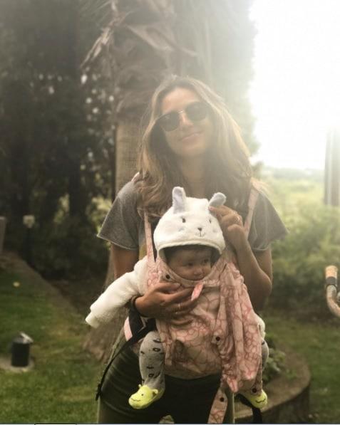 A atriz Yanna Lavigne com a filha Madalena na Itália
