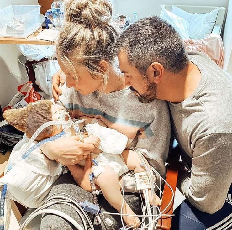 Youtuber e seu bebê menino ao lado do marido