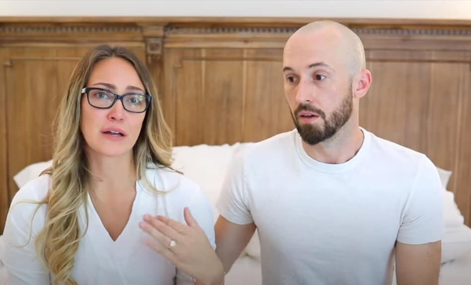 Youtuber e marido falando da devolução do filho