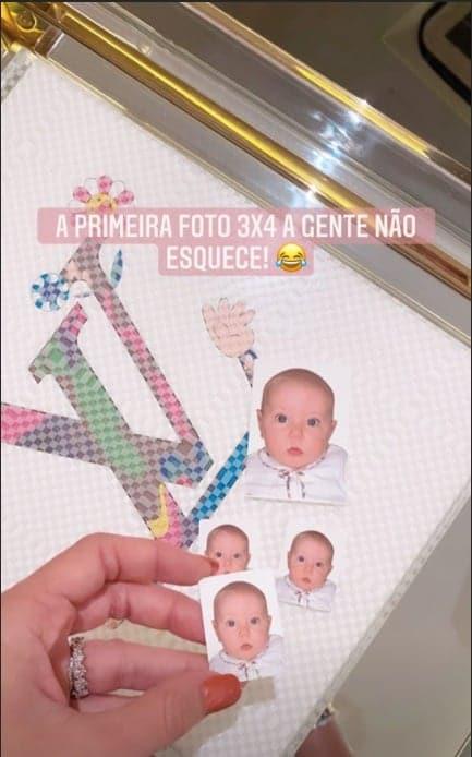 Ana Paula Siebert mostrando foto do passaporte de sua filha