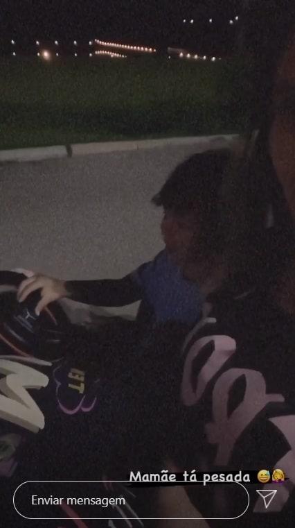 Gabriel em seu carrinho com a mamãe Andressa Suita