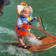 Bebê de seis meses esquiando e batendo recorde