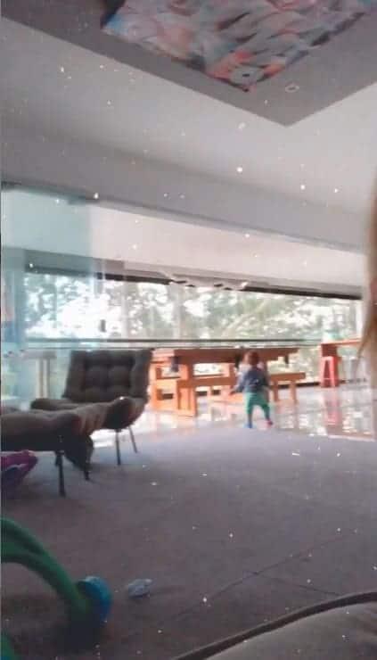Bebê de Carol Dantas no seu espaçoso apartamento