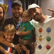 Carol Dantas com o filho e o jogador Neymar