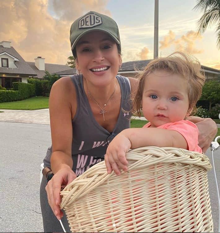 Claudia Leitte no seu condomínio nos Estados Unidos com a filha